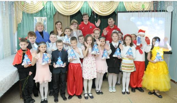 Хоккейный клуб «Донбасс» вручил детям подарки коДню святого Николая