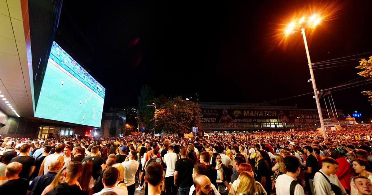 Тысячи фанатов поддержали сборную в историческом матче Евро