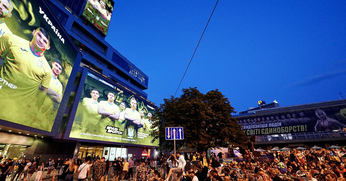 Фанаты устроили громкий праздник в центре Киева