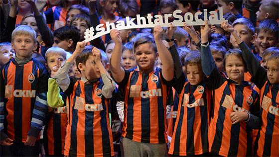 Шахтер подарил детям из Давай, играй 1500 футболок на День святого Николая