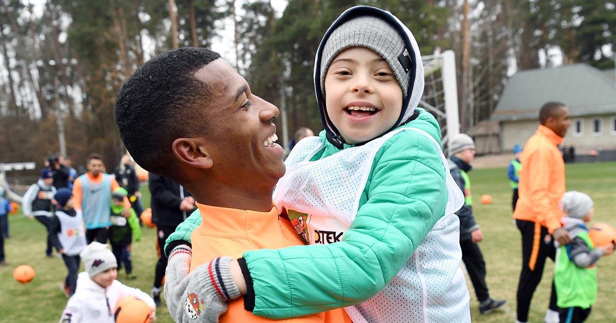 Больше чем футбол: Шахтер тренировался с особенными детьми