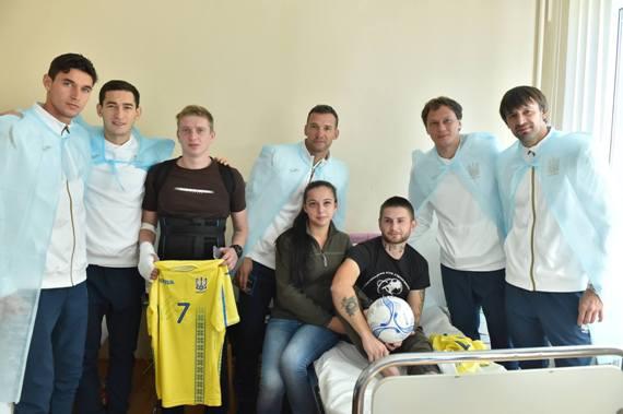Шевченко и футболисты сборной посетили военный госпиталь